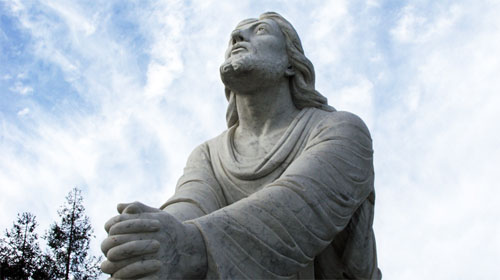 jesus-praying-statue